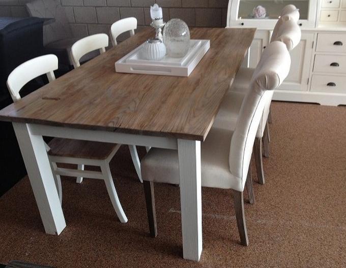 Wonderbaarlijk teak) houten tafel met witte poten. Foto geplaatst door 1994D op SF-13