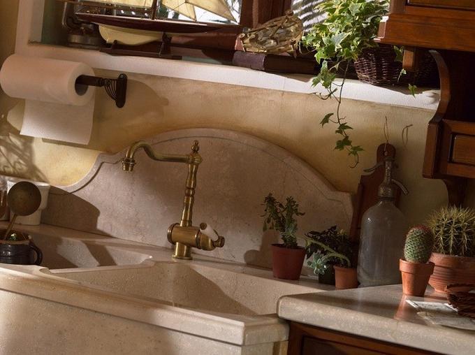 Uitgelezene Stenen gootsteen met messing kraan in landelijke keuken. Foto VN-82