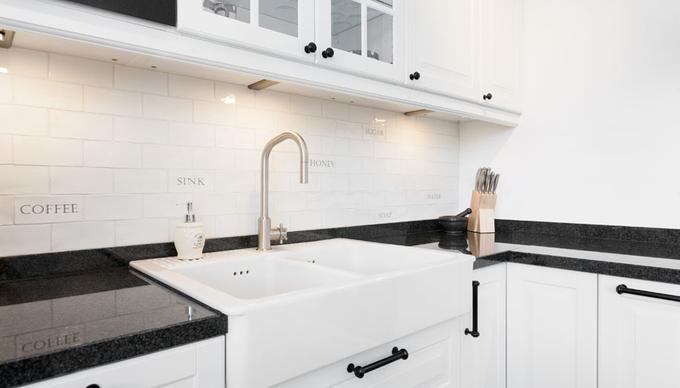 Spiksplinternieuw Landelijke keuken met graniet blad en dubbele spoelbak van steen SA-59