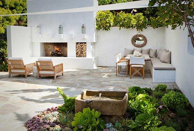 Betere Tuin met een vaste zithoek en open haard. Ook fris dat wit!. Foto BN-67