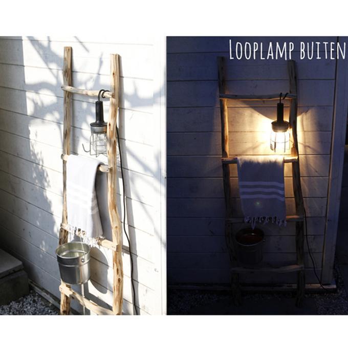 houten ladder met looplamp van de bouwmarkt. Foto geplaatst