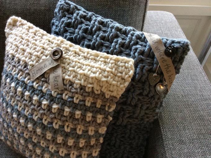 Wonderbaar Stoere zelf gehaakte kussens in dikke wol met kleine sieraccenten FZ-66