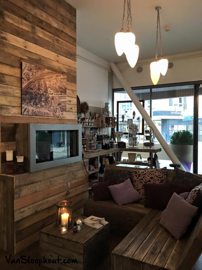 Onwijs Super gezellig restaurant met houten muur, bank en tafel JQ-02