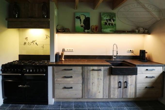 Houten keuken met hardsteen aanrechtblad en hardsteen spoelbak ...
