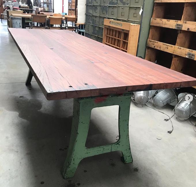 Industriele metalen tafel met onderstel van oude metalen