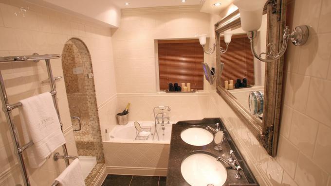 Verbazingwekkend Een koninklijke badkamer zoals in Windsor Castle. In een jaren-30 KM-45