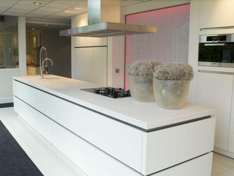 Mooie mat witte keuken met wit werkblad foto geplaatst door