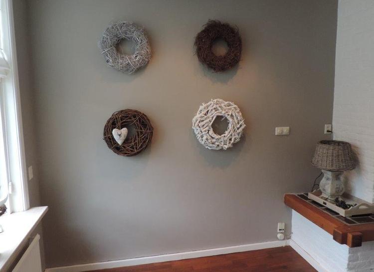 Aan De Muur : Verschillende kransen bij elkaar aan de muur foto geplaatst