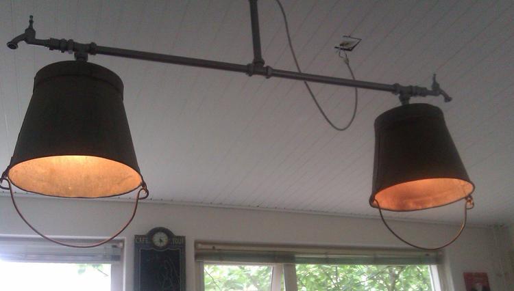 mooie zelfgemaakte lamp boven de eettafel foto geplaatst door