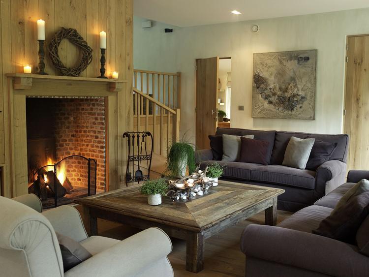 Landelijke woonkamer met grote salontafel! Prachtig geheel!. Foto ...