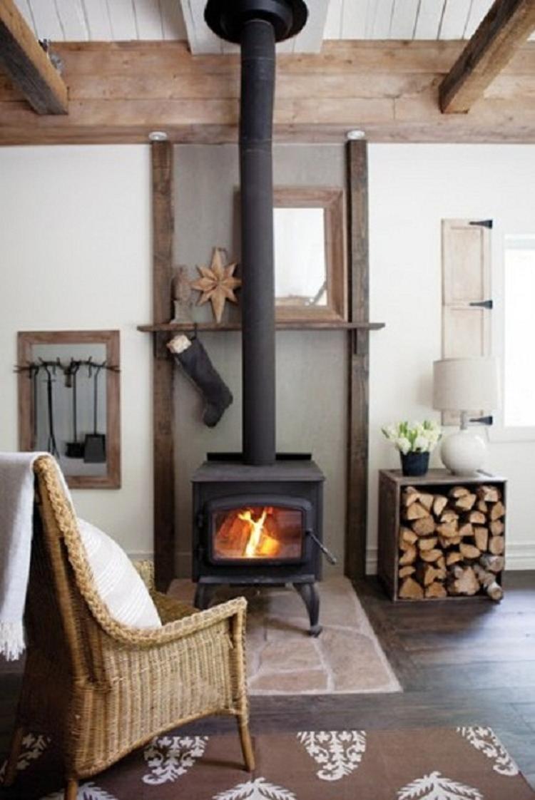 Een mooie kleine houtkachel voor in de woonkamer. Foto geplaatst ...