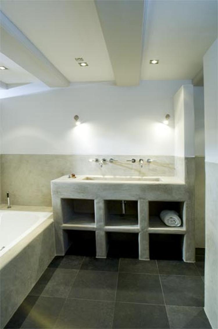 Tadelakt in badkamer gecombineerd met normaal stucwerk. Via www.e ...