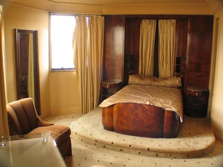 Art deco slaapkamer met houten bed. foto geplaatst door smulsposa op