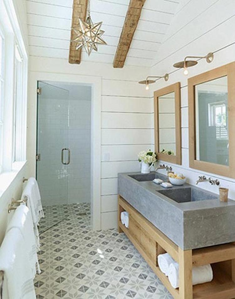 mooie lichte badkamer met portugese tegels en betonlook. Foto ...