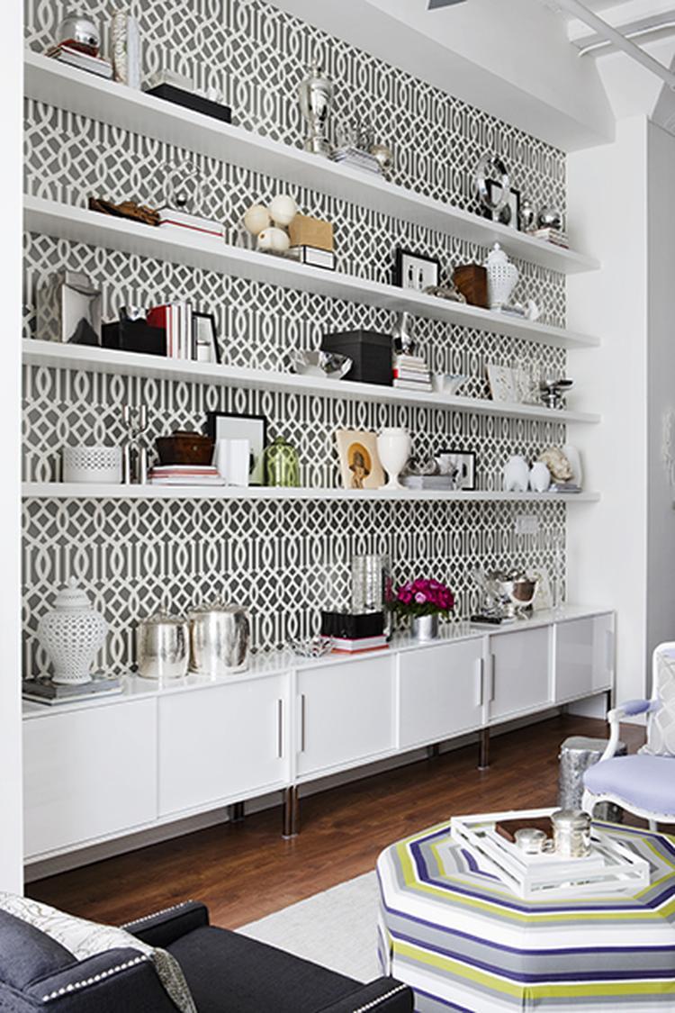 Mooi zo dat behang achter die planken! Leuk idee voor de woonkamer ...
