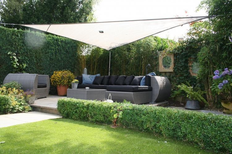 Luxe Loungeset Tuin.Mooie Groene Tuin Met Een Luxe Loungeset En Een Wit Schaduwdoek