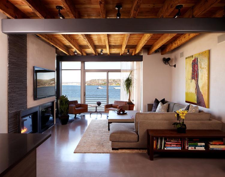 Leuke woonkamer met een mooi houten plafond.. Foto geplaatst door ...