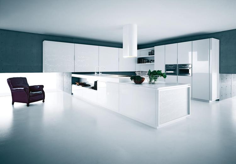 Design keuken in sneeuwwit. als je de ruimte hebt voor een grote