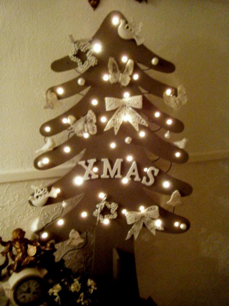 Leuke Taupekleurige Houten Kerstboom Met Lichtjes Foto Geplaatst