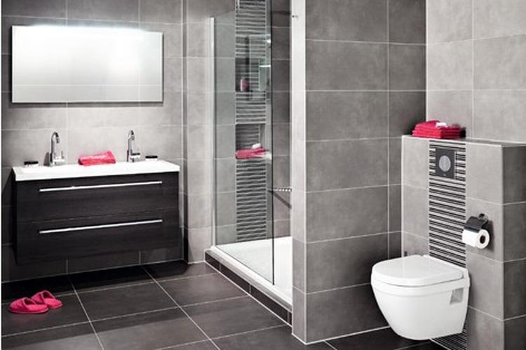 Mooie badkamer, zowel tegels als toilet en badkamermeubel.. Foto ...