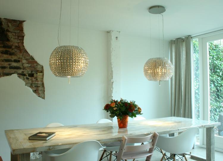 Boven deze eetkamer tafel hangen 2 x een #Elica Star afzuigkap ...