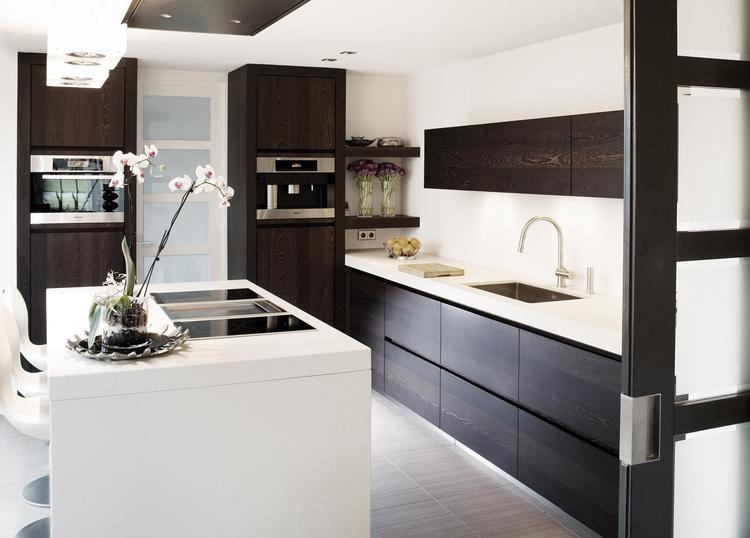 Moderne bruin-witte keuken. Deze moderne keuken bewijst dat je ...