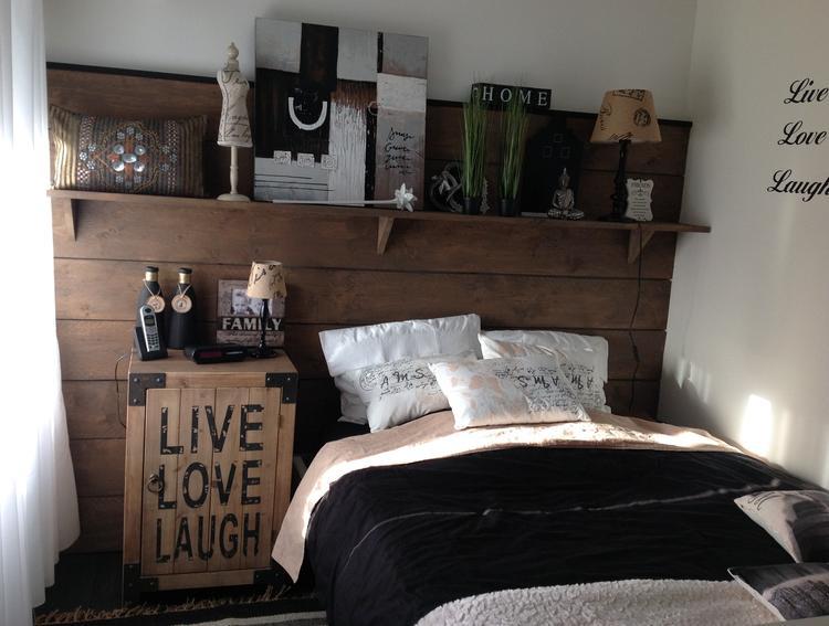 muur van de slaapkamer met steigerhout, gebeitst en leuke spulletjes ...