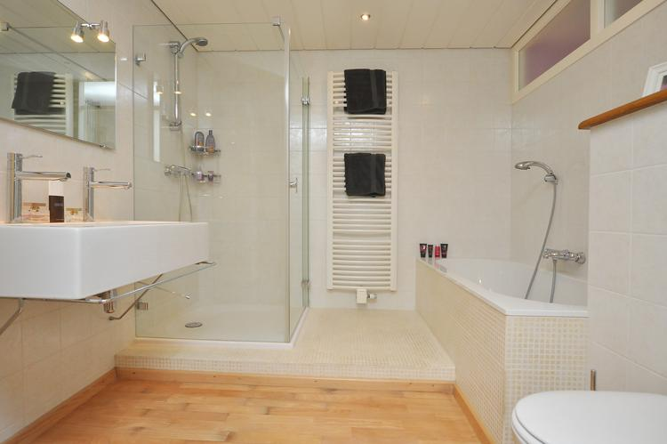 Luxe design badkamer (ca. 270 x 269) met verlaagd plafond met ...