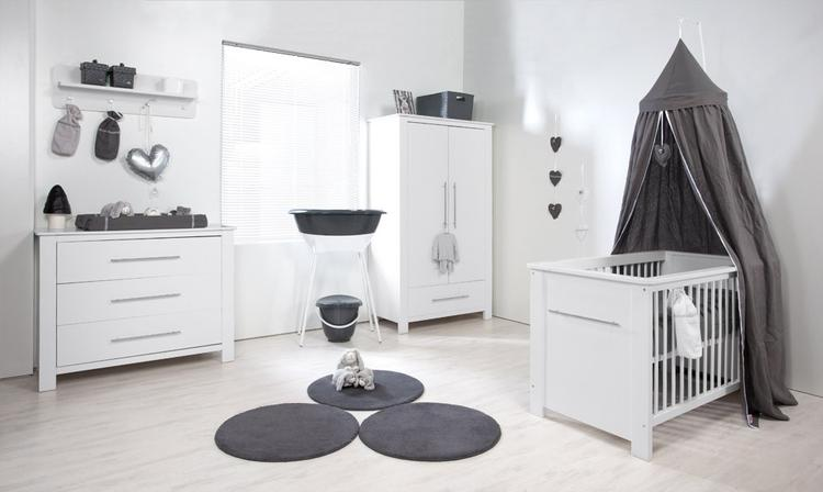 Slaapkamer Naturel Tinten : Mooie baby kamer zwart wit en grijs tinten. foto geplaatst door