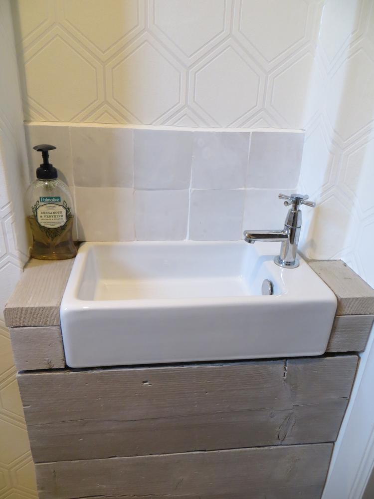 Wasbakje in het toilet afgewerkt met steigerhout, witte zelliges ...