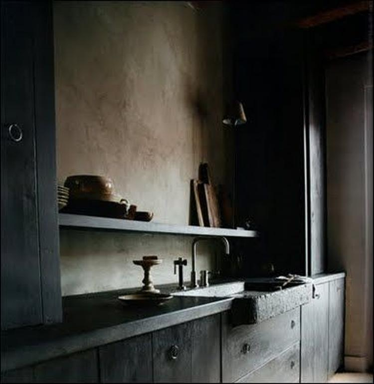 Leem kleur stuc en een robuuste zwarte houten keuken. rustig ...