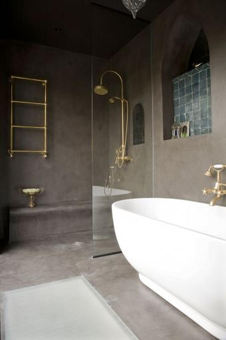 Stijlvolle kleine badkamer in marmer stuc. Mooi ook de goudkleurige ...