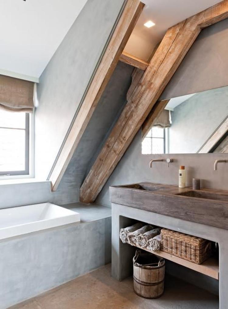 mooie badkamer voor op zolder. Italiaans stuc met de houten balken ...