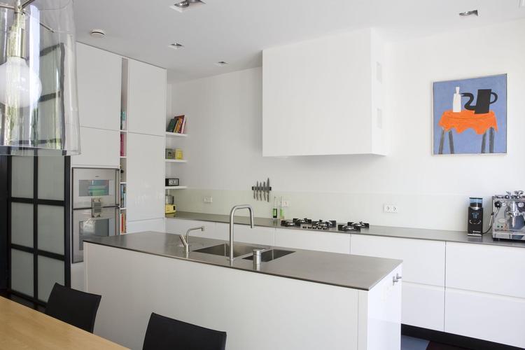 Moderne witte keuken van paul van de kooi. deze moderne witte keuken