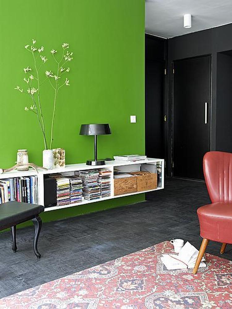 Groene muur met witte kast with kast aan de muur with for Grijs groene muurverf