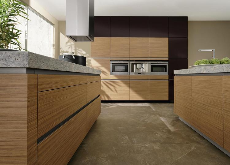 Moderne keuken met inbouwkast en houten kasten. inbouwkasten zie ...
