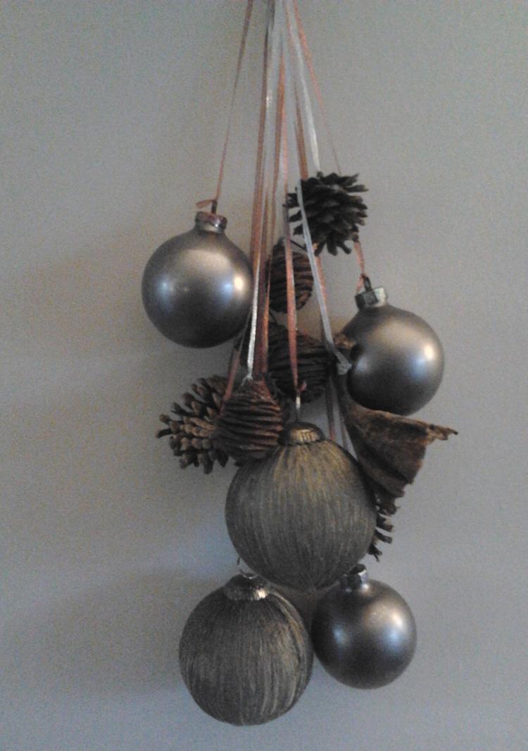 Kerstballen En Dennenappels Aan Gekleurde Linten Gehangen Foto