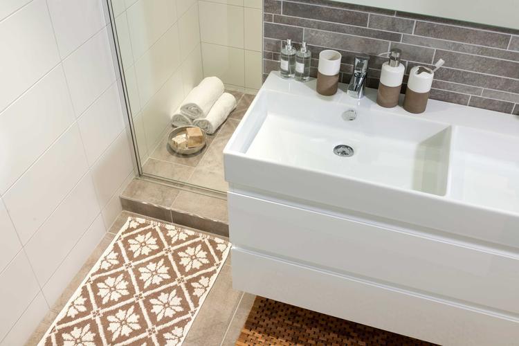 Pakket Naturals bestaat uit een houten badmat en bijpassende ...