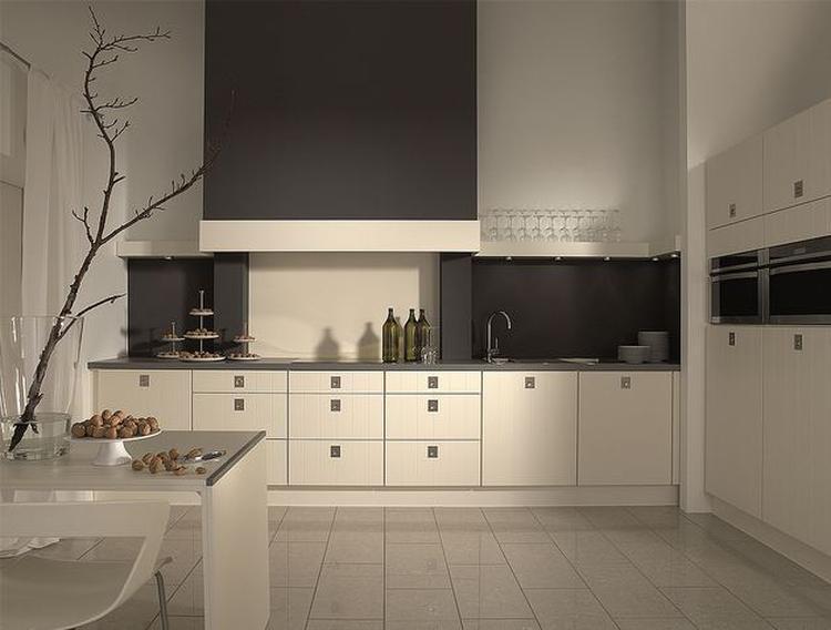 Mooie witte keuken met grijze schouw. foto geplaatst door ...