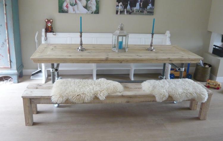 Gezellige eetkamer tafel met bankjes. Foto geplaatst door ...