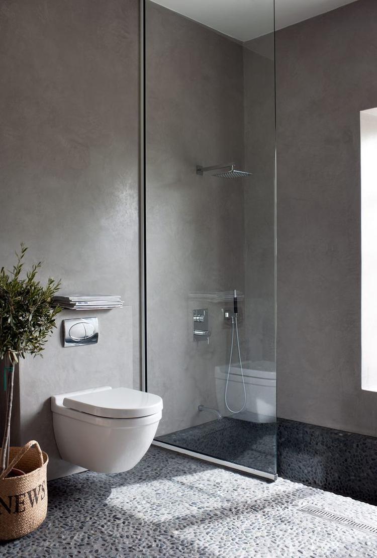 rustige badkamer, licht grijs marmer stuc, grote zwarte glanzende, Badkamer