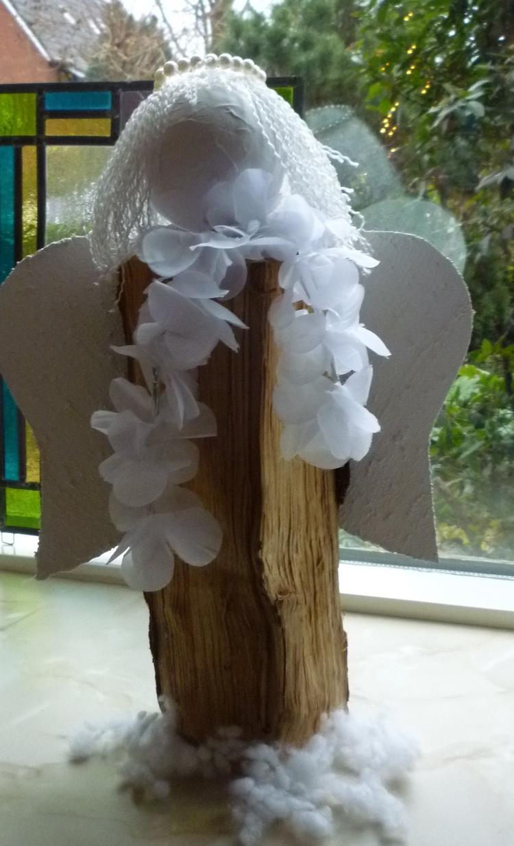 Kerstengel gemaakt van een openhaardhoutblok, piepschuimbolletje ...