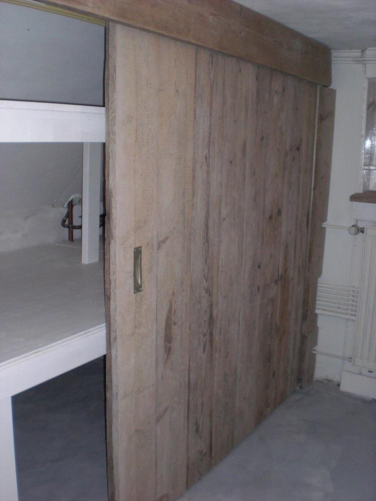 Mooie inbouwkast met steigerhouten schuifdeuren. Wauw!. Foto ...