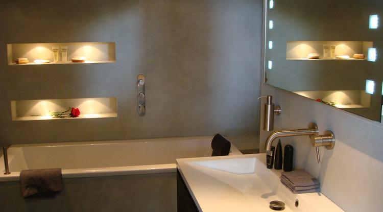 In deze badkamer hebben de wanden afgewerkt met beton Cire, dit ...