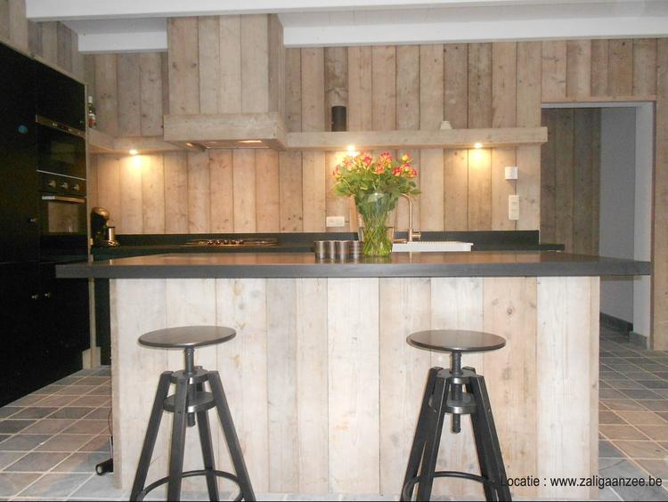 Steigerhout Bar Keuken : Keuken met steigerhouten wand en toog foto geplaatst door