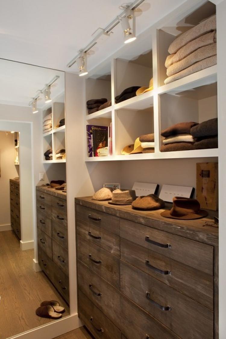 Hier gebruikt als inloopkast, mooi idee voor onze garderobekast ...