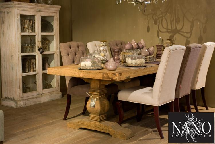Mooie robuuste tafel en kast met modern klassieke stoelen foto