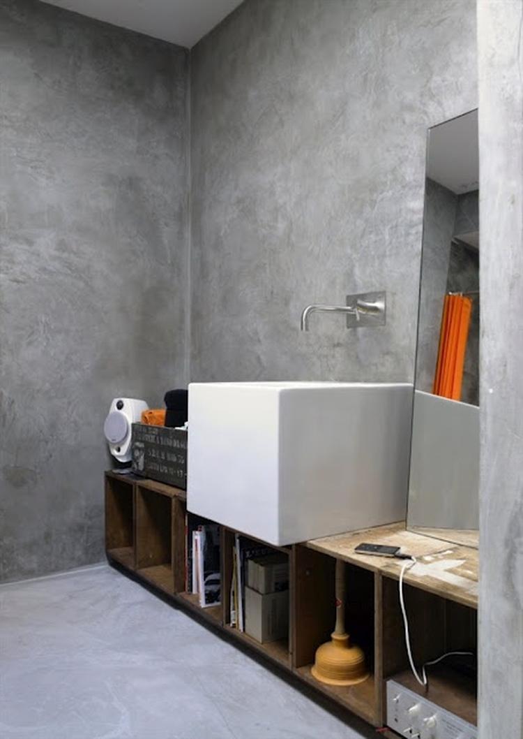 grijs marmerstuc een strakke witte wasbak en een meubel gemaakt van ...