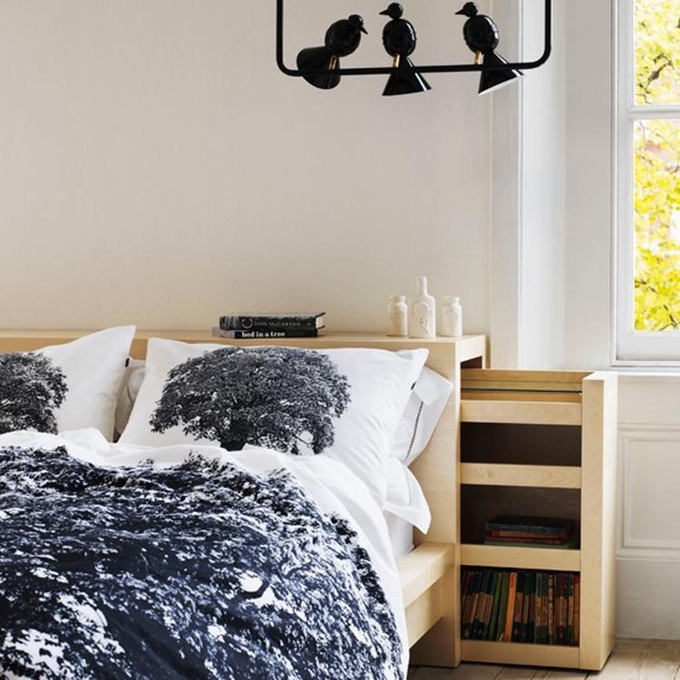 natuurlijke slaapkamer leuk om een houten bedframe te maken en prachtige lamp ook