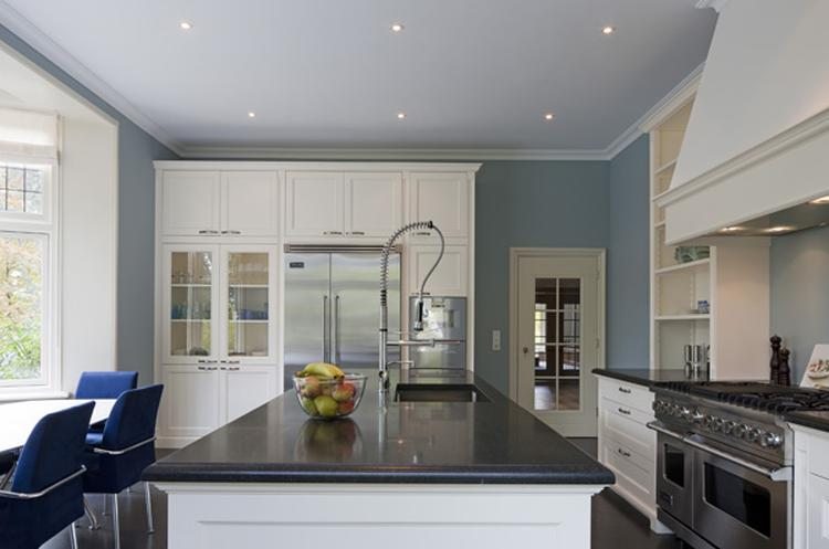 mooi combi witte keuken, donker blad, kleur muur. foto geplaatst, Meubels Ideeën